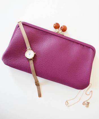 がま口の留め具が、大きめに作られたキュートなデザインの長財布です。全9色と豊富なカラー展開で、トレンドカラーのパープルも揃っています。