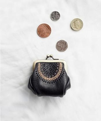 がばっと開いて、中がよく見えるがま口財布は、お財布がご茶ついてしまいがちな方におすすめのアイテムです。どこかレトロな雰囲気漂うデザインは、可愛らしくもあり、クラシカルな上品さも感じさせます。  今回はそんな、素敵ながま口財布をタイプ別にご紹介します。