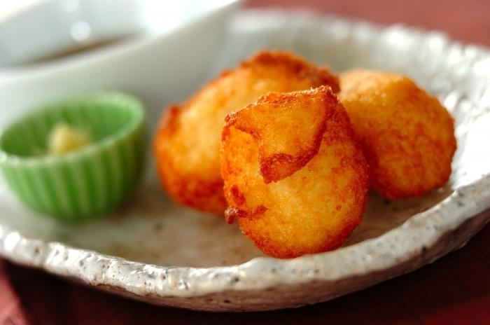 粘りの強い山芋は、すりおろして揚げるとお餅のような食感に。きれいなキツネ色が食欲をそそります。おろしショウガやだししょうゆを付けて召し上がれ♪