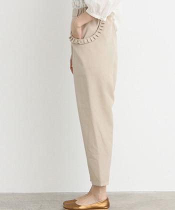 プリーツデザインのポケットがアクセントのパンツ。ちょっとコケットな雰囲気もあって可愛らしいですね。