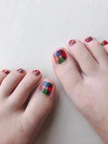 一本の指にいくつかのカラーをのせても◎。マルチカラーネイルは何色かをランダムに塗ることで、夏のポップな雰囲気を演出してくれます。