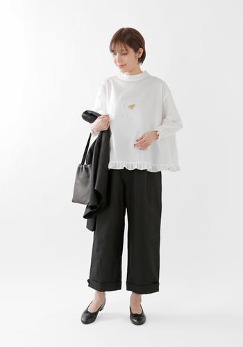 白シャツメインの着こなしなら、ディティールが凝ったタイプのものを選んでもいいですね。フリルやレース、ガーリーな要素のあるシャツにパンツという組み合わせも素敵です。