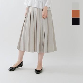 スカートは、膝丈やミモレ丈ぐらいがオフィスでも着こなしやすい長さ。かっちりビジネススーツだと、タイトスカートのイメージもあるけれど、程よくカジュアルにするなら、ややフレアーな方が軽やかに見えます。プリーツスカートは程よくきちんと感もあって、品良くまとまりますよ。