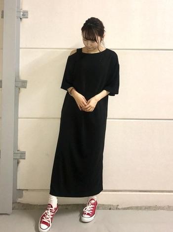 黒のロングワンピースにスニーカーで差し色をプラスしたコーディネート。白ソックスを履くことでカジュアルで爽やかスポーティーな印象に。あえて足元を外すのが上級者な着こなしです。