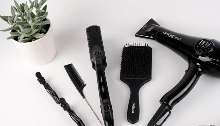 髪がパサつきがちなヘアアイロン。あらかじめ適量のヘアオイルを毛先に馴染ませておくことで、ツヤのある思い通りのスタイリングが可能になります。