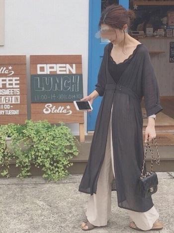 ナチュラルな風合いのガウンを羽織ったコーディネート。ロング丈&長袖でも、透け感があるので重く見えません。ゆったりとしたパンツを合わせると、大人リラックスな雰囲気に。