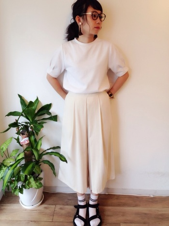 黒いラインのスクールガール風の靴下がピンポイントになっているホワイトコーデ。ワイドパンツの丈と靴下の丈がバランスよく仕上がっています。