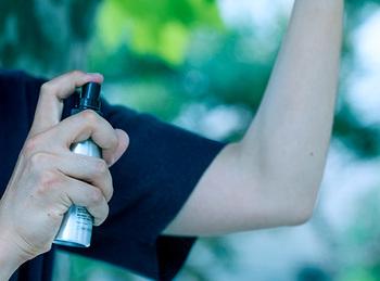 爽やかな香りと付け心地で、夏の暑い時期でも使いやすい。家族全員で使える虫よけスプレーです。