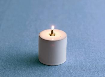 優しく柔らかな香りでほんのりと香ります。精製されたオイルなので、煤なども出ず気になりません。