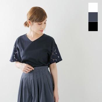 夏に重宝するのは、洗濯しやすく着心地が楽なTシャツやカットソー。オフィスシーンに選ぶなら、きれいなシルエット&デザインのものを選びましょう。透け感ある袖にリズミカルなドット柄が可愛らしいカットソーは、すっきりシンプルなフォルムと好バランス。カジュアルにもオフィスにも使いやすく、大いに活躍してくれそうです。