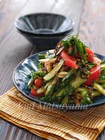 みずみずしさを活かしたい夏野菜は、和風サラダでたっぷり味わいましょう。味付けは塩昆布・ごま油・ごまだけ。お豆腐やそうめんなどに乗せるのもいいそうですよ。