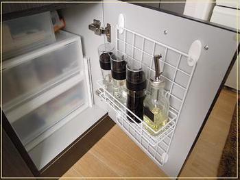 キッチン扉の裏にワイヤーネットを取り付けています。よく使う調味料をまとめておけば、ひとつずつ取り出すときに、動作がワンパターンになるので、料理がスムーズに運びそう。