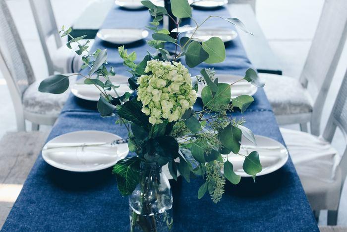 海を思わせる深いブルーに真っ白なプレートをコーディネートした爽やかなテーブル。夏のホームパーティーに涼しげな風を運んできてくれそうです。カトラリーなどのテーブル小物は、シルバーで統一すると素敵です。