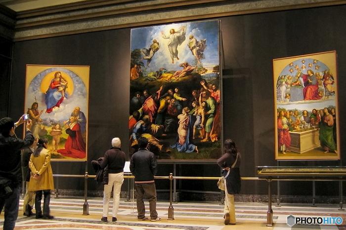 美術館では、「展示物に触れない」ことが美術品を保護するための大切なマナー。皮脂が付着することで、将来的に変色などの可能性があると言われています。額や壁面も同様に触らないようにしましょう。