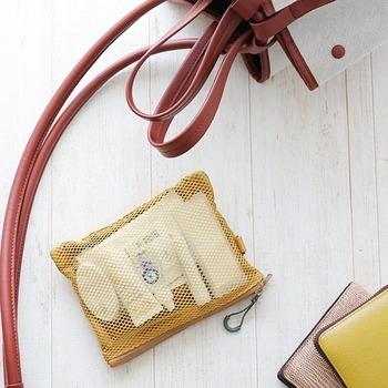 小さなバッグひとつで身軽にお出かけしたい! そんなときは、持ち物のひとつひとつを小さく、薄く、軽くすることです。 財布やポーチ、スマホカバーなど、単体ではさほど重く感じないものも、全部まとめて持つと案外重く感じることはありませんか? 素材や中に入れるものを見直し、それぞれを軽量化していきましょう。