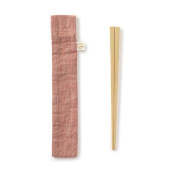セットの箸袋は、撥水加工済み。水や汚れに強い箸袋なので、使用後の箸の管理も安心です。カラーは、赤・薄茶・紺の3種類。落ち着いた風合いで、和の雰囲気のお弁当箱にぴったりですね。