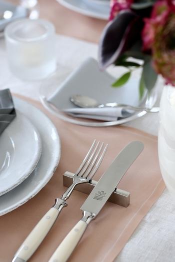 カトラリーレストや箸置きがあるだけで、気の利いた美しい食卓に。さり気なく特別感を演出してくれる名脇役です。