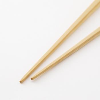 丈夫な竹は、お弁当の箸の定番です。<竹の弁当箸>の特徴は、箸先。持ち運びの衝撃に耐えられるよう、箸先が少し太めになっています。