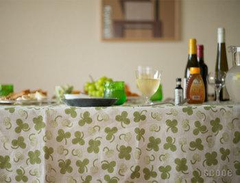 一面に広がるクローバー柄のテーブルクロスに、グリーンのグラスやマスカットなど、器と食材の色合いを合わせたコーディネート。ハッピーで清々しい気分になれそうな食卓ですね。