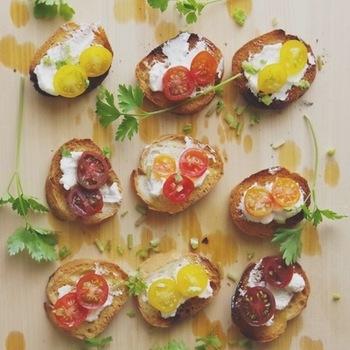 食材は、土台になるパンやクラッカーと、プチトマト、クリームチーズさえあれば完成!カラフルなプチトマトを使うことによって、簡単なのにオシャレなカナッペに大変身します◎