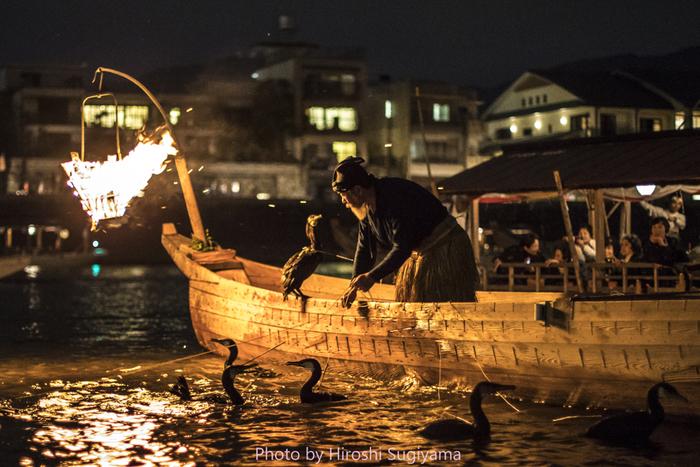 岐阜市を代表する文化遺産「鵜飼」は、金華山とその山頂にそびえる岐阜城を背景に、長良川の闇の中、篝火を川面に映しながら、鵜匠と鵜が一体となって繰り広げる古典漁法です。闇に映し出される赤々と燃える篝火を見ていると、まるで昔にタイムスリップしたかのような幻想的な世界へ誘われます。 かの松尾芭蕉は、この鵜飼の様子を見て、「おもうしろうて やがてかなしき 鵜舟かな」という句を残した他、あの名優チャールズ・チャップリンも、2度も鵜飼見物に訪れ、すばらしいと絶賛したんだそうです。 毎年5月11日~10月15日までの期間中、中秋の名月と増水時を除き、毎夜行われています。