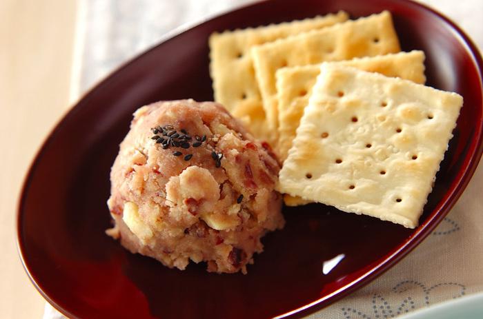 黒ごまを散らして、上品な和風のスイーツカナッペです。マッシュしたサツマイモに小豆を混ぜることで、食感も楽しむことができるカナッペになっています。