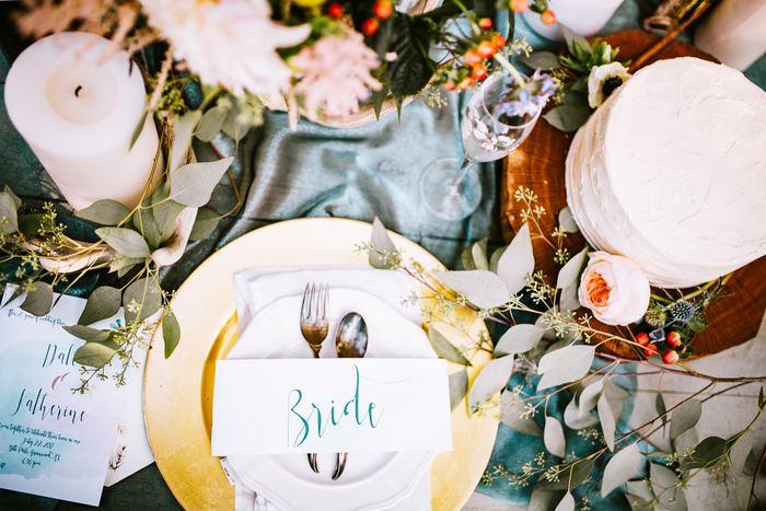 フィギュアとは、キャンドルやキャンドルスタンド、カード立てなどテーブルを飾るための装飾品のこと。花やフルーツもフィギュアのひとつで、食卓の中心に飾るものをセンターピースといいます。テーブルコーディネートの雰囲気づくりに欠かせないものです。