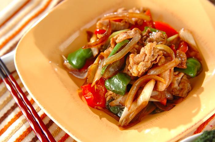 ウスターソースを使った料理の中でも手軽なのが、肉野菜炒めです。お肉も野菜もたっぷり摂れてバランスが良く、しかもご飯にも合う優秀な一皿!材料も作り方もごくシンプルなので、余り野菜の消費やお疲れ時の晩ご飯に活用したいですね。