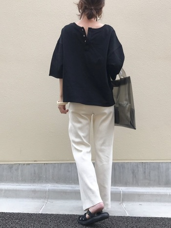 黒のデザインTシャツにトレンドの「白パンツ」を合わせた爽やかコーデ。クリア素材のバックや、足元をサンダルにすることで、全体的に軽やかな印象に◎