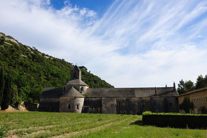 セナンク修道院は、ゴルドから約4キロメートル離れた深い谷に佇むカトリック系の修道院です。1148年に創建されたセナンク修道院では、修道士たちが祈りと労働だけを行うという禁欲的な生活を送っています。