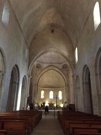 修道院内部の教会に足を踏み入れると、内装の質素さに驚くことでしょう。ここには、ヨーロッパの有名な教会ではたいてい飾られている壮麗なステンドグラス、天井のフレスコ画、聖人の彫刻といった装飾は無く、十字架と質素な祭壇があるのみです。