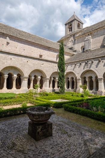 アーチ状の柱で支えられた回廊に囲まれた中庭も質素な佇まいをしています。しかし、壮麗な装飾が施されていないセナンク修道院からは、建物そのものの美しさが訪れる人々を魅了し、中世から悠久の時を経て守り続けられている修道士たちの厳しい生活を今に伝えています。