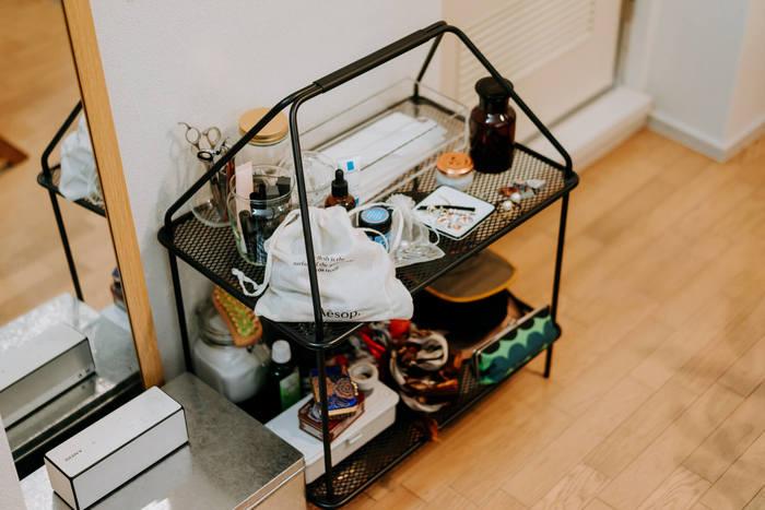こちらのラックは、IKEAとデンマークのインテリアブランド「HAY」がコラボした「YPPERLIG(イッペルリグ)」コレクションのもので、お値段はなんと1,999円。シンプルですがデザイン性を感じるデザインで、お部屋の雰囲気を引き締めてくれます。