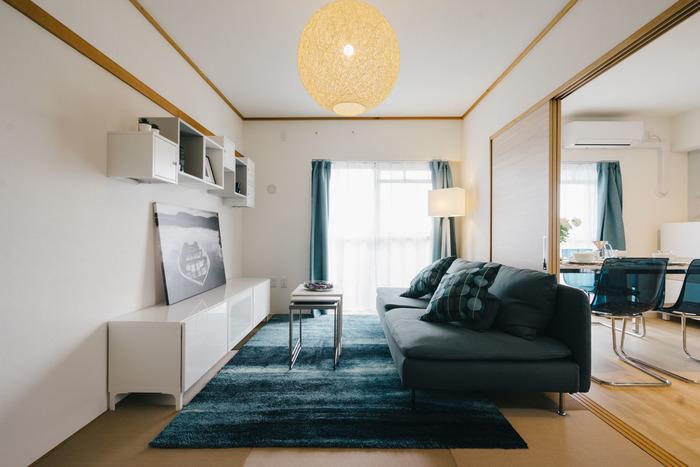 スタンド照明もいっしょに使うと、さらに雰囲気が出ておすすめ。四角いスタンド照明はシャープな印象で、ブルーを基調としたお部屋の雰囲気にもぴったりです。