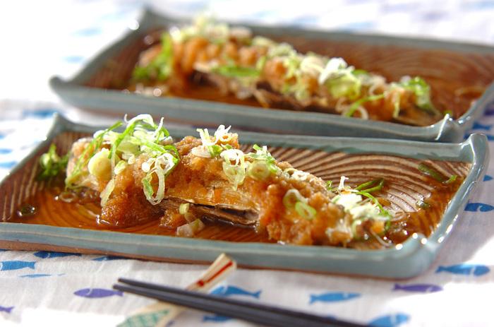 """秋に旬を迎える定番の魚""""サンマ""""。塩焼きくらいしかレパートリーがない…という人におすすめしたいのが、大根おろしと麺つゆで煮る""""おろし煮""""。三枚に下ろす必要がないので、手軽に作れますよ。"""