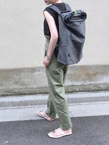 メンズライクなミリタリーコーデに、大型リュックを合わせてクールなスタイル。ボリューム感が新鮮です。足元はサンダルで軽く見せて、あくまでもタウンユースとしての着こなしを意識して。