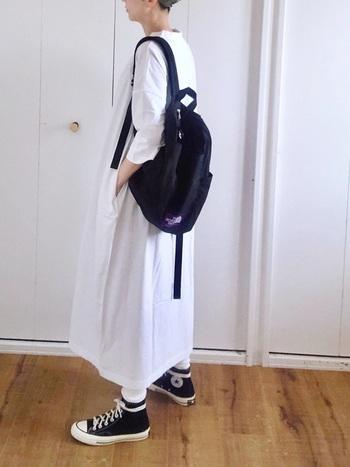 トレンドのロングカットソーワンピース×黒リュックのカジュアルコーデ。「THE NORTH FACE PURPLE LABEL」の紫色のロゴとフロントポケットを留めるベルトがアクセントになっています。