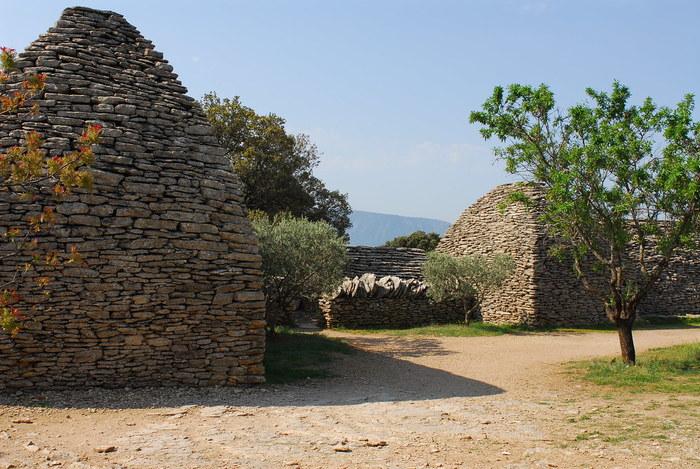 ゴルドから少し郊外へ行くと「ボリー」と呼ばれる石造りの建物を見かけることができます。コンクリート、モルタル、漆喰といったつなぎを一切使わずに石だけを積み上げて造られたボリーの歴史は古く、新石器時代から伝わる独特の建築方法で造られています。