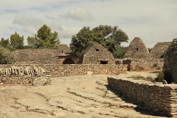 ゴルドから約2キロメートルの場所にはボリーが集中する「ボリーの村」と呼ばれる集落跡があります。ここでは、20棟のボリーがあり、19世紀までは実際に人が居住していました。