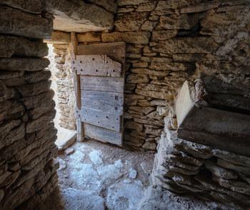 ボリーの村では、内部に入ることができます。せっかくなのでボリーの中に入ってみましょう。内部からも骨組みや支柱は無く、外から見た構造と全く同じです。壁、天井、扉の枠……、ボリーを造る建築材料はすべてこの地方で採取された石のみです。