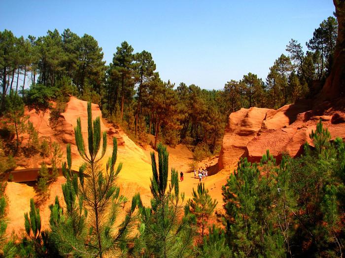 ルシヨンを訪れたら村はずれまで足を延ばしてみましょう。そこにはオークルの採取場跡があります。大きく削られた崖は、黄色、オレンジ色、ピンク色が入り混じったグラデーションとなっており、周囲の緑の樹々が色鮮やかな崖の美しさを引き立てています。