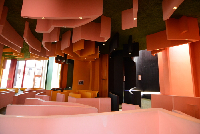 こちらは屋内施設。建物内にはデッサンなどの展示物の他、まるで迷路のようなコーナーも…。