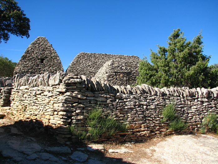 家々や村を取り囲む石垣は驚くほど緻密に積み上げられています。プロヴァンス地方で吹く地方風、ミストラルが吹き荒れても、豪雨にあっても崩れないよう、丁寧に積みあげられた石垣からは、新石器時代の建築技術の高さを今に物語っています。