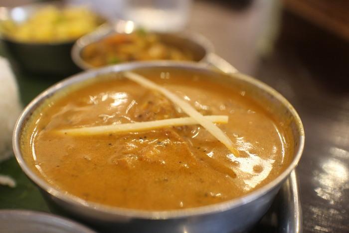 """豚や牛肉を食さないインド圏で、""""肉""""を使ったカレーといえば、鶏肉かマトンです。 【「アーンドラ・ダイニング 銀座」の日替わりカレーが2品選べる、ランチ「ミールス」の『チキンのカレー』】"""