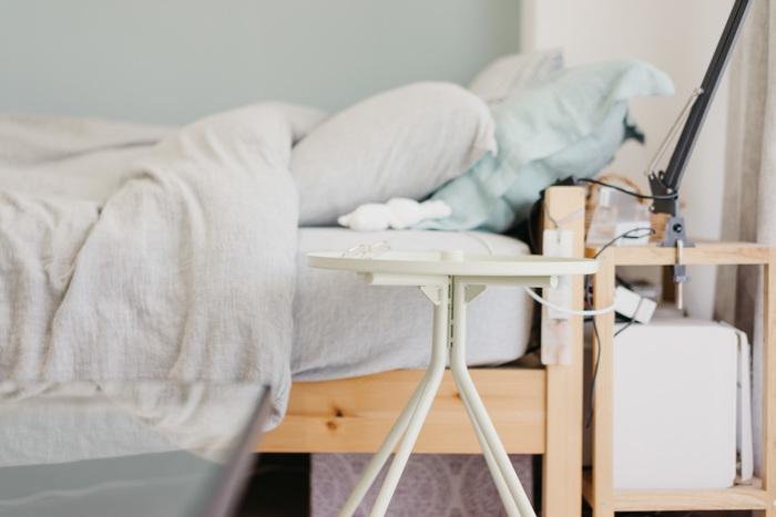 枕のまわりに、スマホやパソコン、本など色々なモノを置きすぎていませんか。枕のまわりがモノでいっぱいだと、日中の慌ただしさが寝室にも残ってしまいそう。寝室、特に枕まわりには、「最低限のモノだけ」を置くように心がけてみましょう。