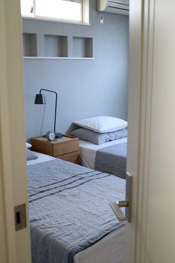 「寝室に入ったら、あとは眠るだけ」そんな環境があれば、心も身体も思い切り緩めて、ゆったり眠れそう。寝室にはできるだけモノを持ち込まず、「眠るための空間」を確保してみるのも、簡単に試せる方法です。