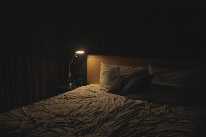 夜眠る時の環境は、睡眠の質を大きく左右します。入眠するときには、お部屋が適度な暗さになっていますか?外の灯りなど、光が入るようであれば遮光カーテンなどでできるだけ睡眠に適した暗さを準備しましょう。真っ暗だと眠りにくい…という方は、フロアランプなどの間接照明を有効に使って、ほどよい暗さに調整してみましょう。