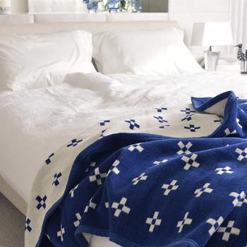 また、季節に合わせて掛け布団を使い分けるのもおすすめです。コットン素材のブランケットなら、夏はタオルケット代わりに1枚でかぶり、冬には掛け布団と合わせて暖かさを調整することもできるなど、通年使えて便利です。