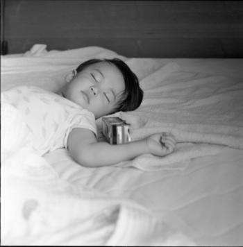 それでも、就寝中に子供の寝ている場所だけシーツがびっしょり・・・となりがちな場合には、タオルケットを1枚敷いておくという方法も。寝汗で濡れたら夜中にそれだけ抜いてあげればいいですよね。  そのタオルケットだけ洗濯したりと、毎日取り替えればOK。対応の幅が広がりますよ。