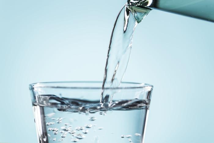 「子どもの体の多くは水分でできている」という話をご存知の方は多いのではないでしょうか。一般的な大人は体重の60%が水分なのに対して、乳児は70%、新生児に至ってはなんと80%!  このように、子どもの方がそもそも体内の【水分量】が多い上に、【体温】も高く、さらに【代謝】も活発です。それに加えて、【体温調節機能】が不完全・・・。  体自体が体温をうまく調整できないばかりか、入眠すれば、自分で衣服を脱ぎ着して温度調整することも難しいので、子供は寝汗をたくさんかく条件が見事に揃ってしまうのです。  寝汗は、そもそも体温を下げる役割をしてくれるもの。また、汗はサラサラした状態のため、本人は不快に感じずすやすや眠っていることも多いです。